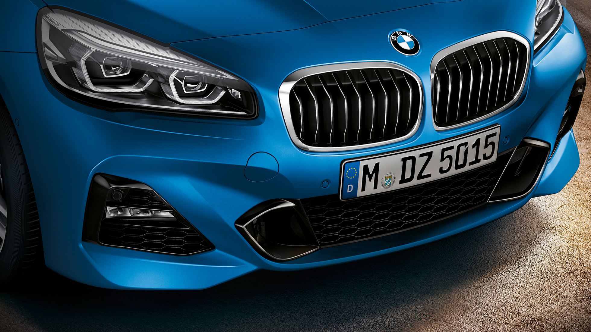 Double kidney grille BMW 2 Series Gran Tourer F46 2018 Estoril Blau metallic close-up front